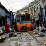 The Maeklong Food Market- रेलवे ट्रैक पर बसा मार्केट