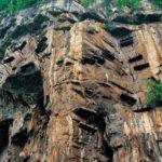 Hanging Coffins on a cliff : पहाड़ों पर लटकते हुए ताबुत