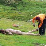 स्काई बुरिअल (Sky Burial) – एक विभित्स अंतिम संस्कार क्रिया – लाश के छोटे छोटे टुकड़े कर खिला देते हैं गिद्धों को