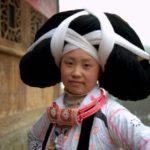 विचित्र परम्परा – सदियों पुराने पूर्वजों के बालो से सजती है मिआओ समुदाय (चीन) कि युवतियां