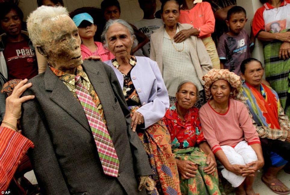 Indonesia's Toraja Tribe Ma'Nene Tradition Story In Hindi