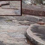 लादा महादेव टंगरा – यहां चट्टान पर हाथ फेरने से रिसता है पानी, दिखते हैं सीता-राम के पद-चिन्ह