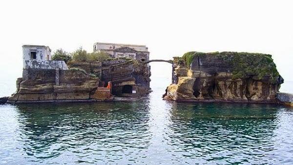 Cursed Italian Island History, Story & Information in Hindi