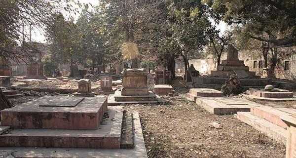 Haunted Karbala Graveyard story & history in Hindi