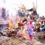 Holi With Ashes : काशी के महाश्मशान पर जलती चिताओ के बीच चिता भस्म से खेली जाती है होली