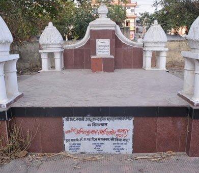 Yahan Kabron mein dafan hai Hindu