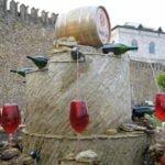 रेड वाइन फाउंटेन- इस फाउंटेन से हर समय निकलती है शराब, लोग फ्री में लेते हैं मजा